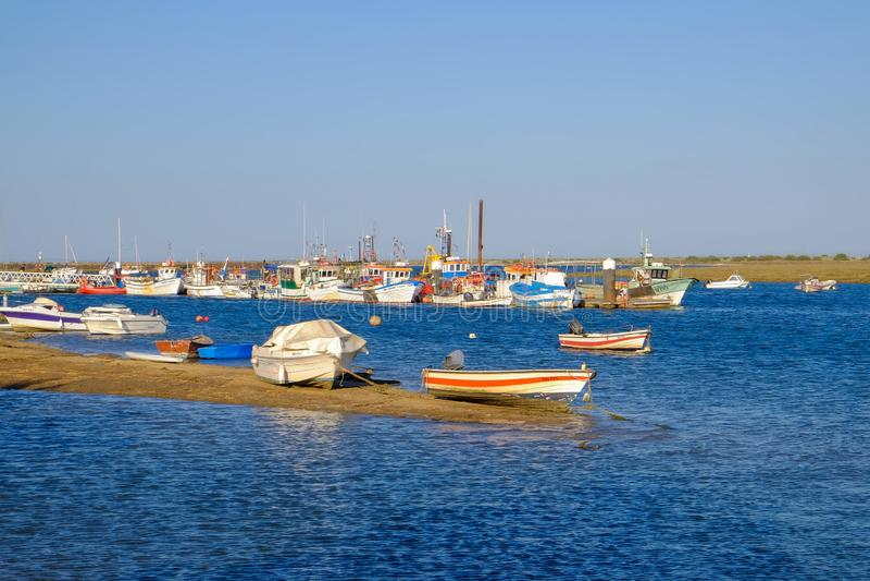 SANTA LUZIA, TAVIRA, ALGARVE, PORTUGAL - L'AMI 25, 2019 : Vue sur le port de Santa Luzia image libre de droits
