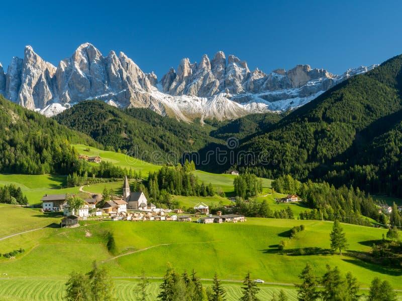 Santa Maddalena-dorp voor de het Dolomietgroep van Geisler of Odle-, Val di Funes, Italië, Europa September, 2017 stock afbeelding