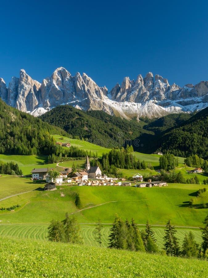 Santa Maddalena-dorp voor de het Dolomietgroep van Geisler of Odle-, Val di Funes, Italië, Europa September, 2017 stock foto's