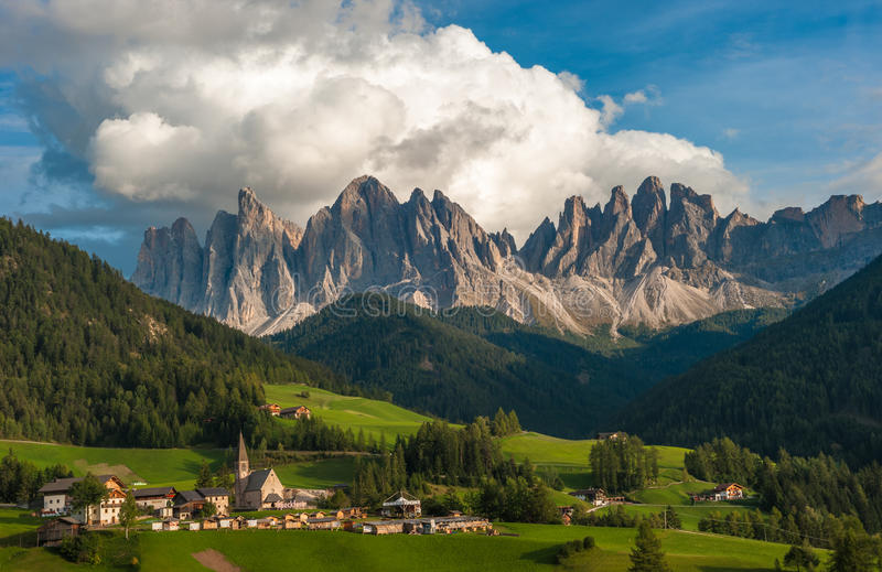 Santa Maddalena Village en het Dolomiet, Val di Funes, Italië stock afbeeldingen