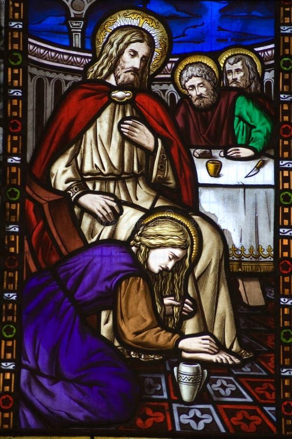 Santa María Magdalen footwashing el viento del vidrio manchado imagen de archivo libre de regalías