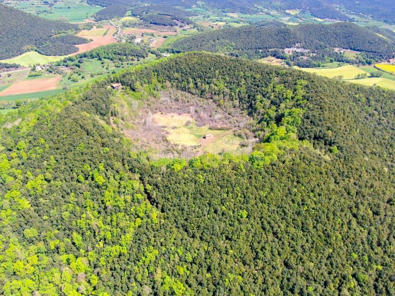 Santa Margarida Volcano es un volcán extinto en el comarca de Garrotxa, Cataluña, España fotografía de archivo libre de regalías