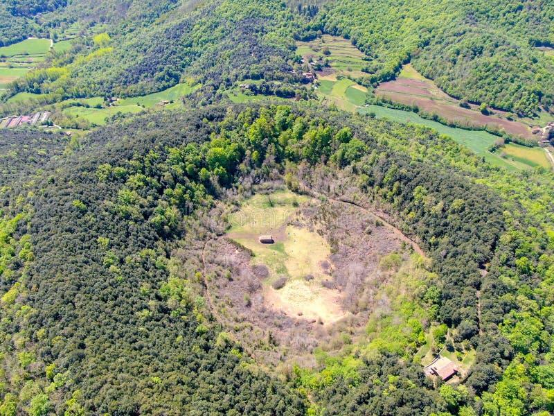 Santa Margarida Volcano es un volcán extinto en el comarca de Garrotxa, Cataluña, España imágenes de archivo libres de regalías