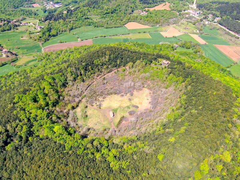 Santa Margarida Volcano es un volcán extinto en el comarca de Garrotxa, Cataluña, España foto de archivo libre de regalías