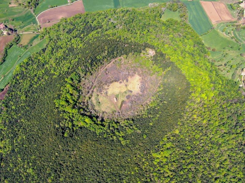 Santa Margarida Volcano es un volcán extinto en el comarca de Garrotxa, Cataluña, España foto de archivo