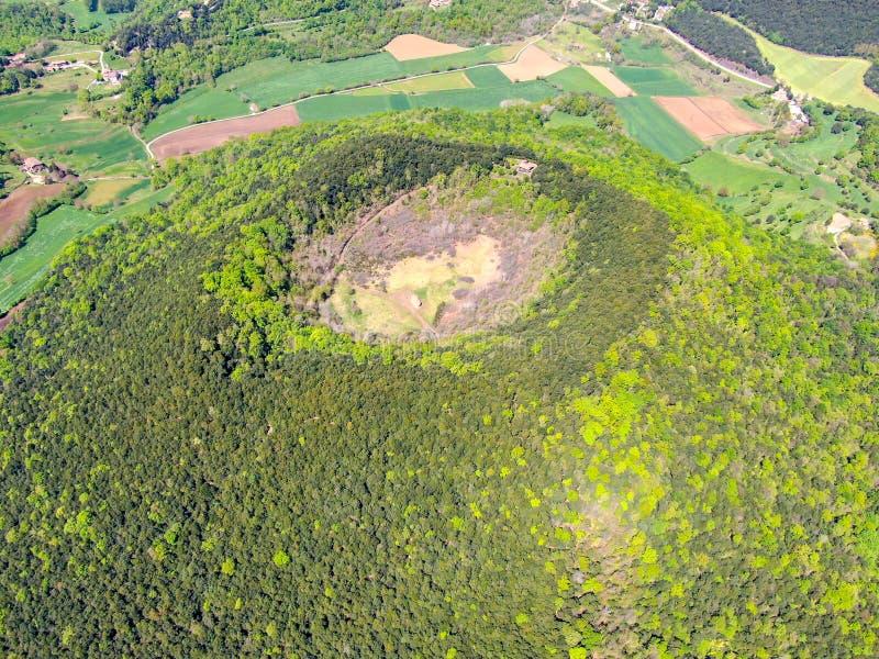 Santa Margarida Volcano es un volcán extinto en el comarca de Garrotxa, Cataluña, España fotos de archivo libres de regalías