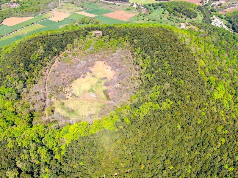 Santa Margarida Volcano es un volcán extinto en el comarca de Garrotxa, Cataluña, España imagen de archivo