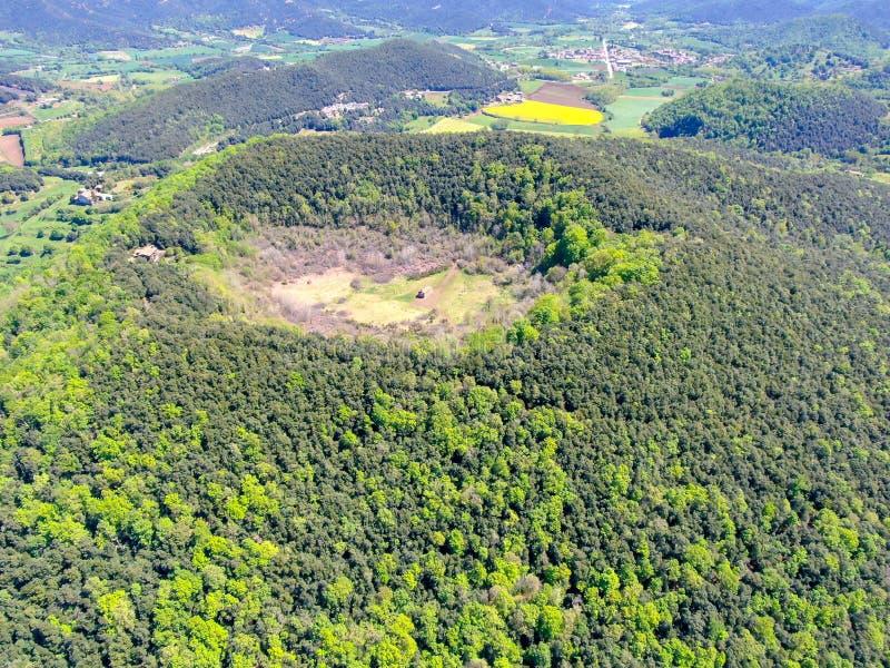 Santa Margarida Volcano es un volcán extinto en el comarca de Garrotxa, Cataluña, España fotos de archivo