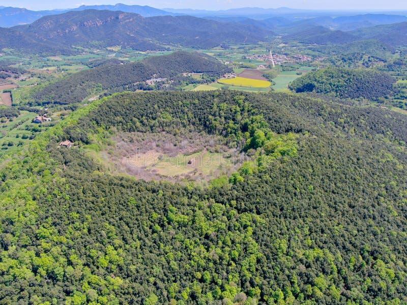 Santa Margarida Volcano es un volcán extinto en el comarca de Garrotxa, Cataluña, España fotografía de archivo