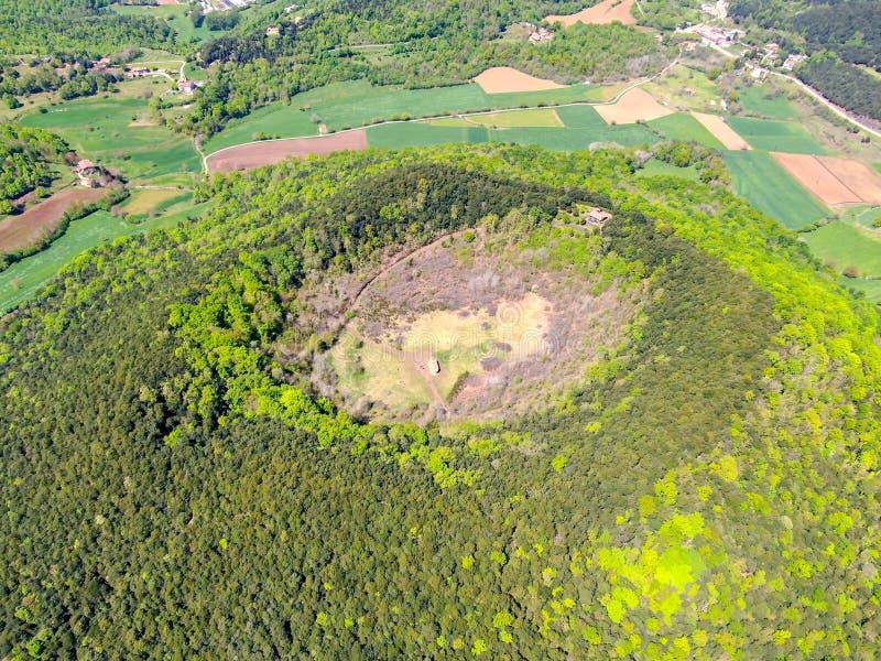 Santa Margarida wulkan jest wymarłym wulkanem w comarca Garrotxa, Catalonia, Hiszpania fotografia stock
