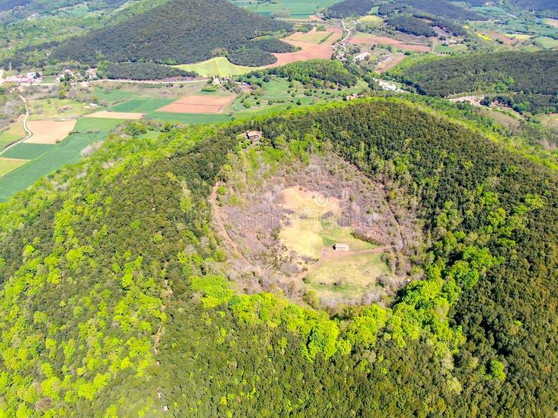 Santa Margarida wulkan jest wymarłym wulkanem w comarca Garrotxa, Catalonia, Hiszpania zdjęcia stock