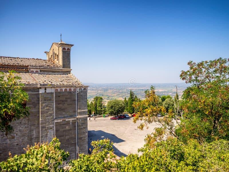 Santa Margherita kyrka överst av Cortona i Tuscany arkivbild