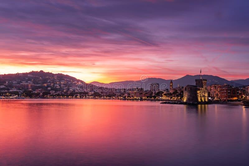 Santa Margherita Ligure in een spectaculaire zonsondergang royalty-vrije stock foto