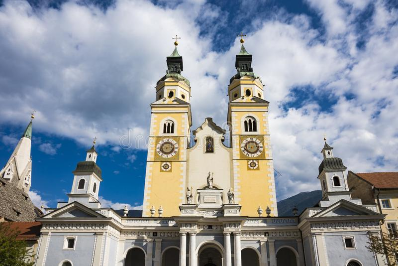 Santa Maria Assunta- und Cassiano-Kirche in Bressanono Brixen, Italien Gegen blauen bewölkten Himmel lizenzfreies stockfoto