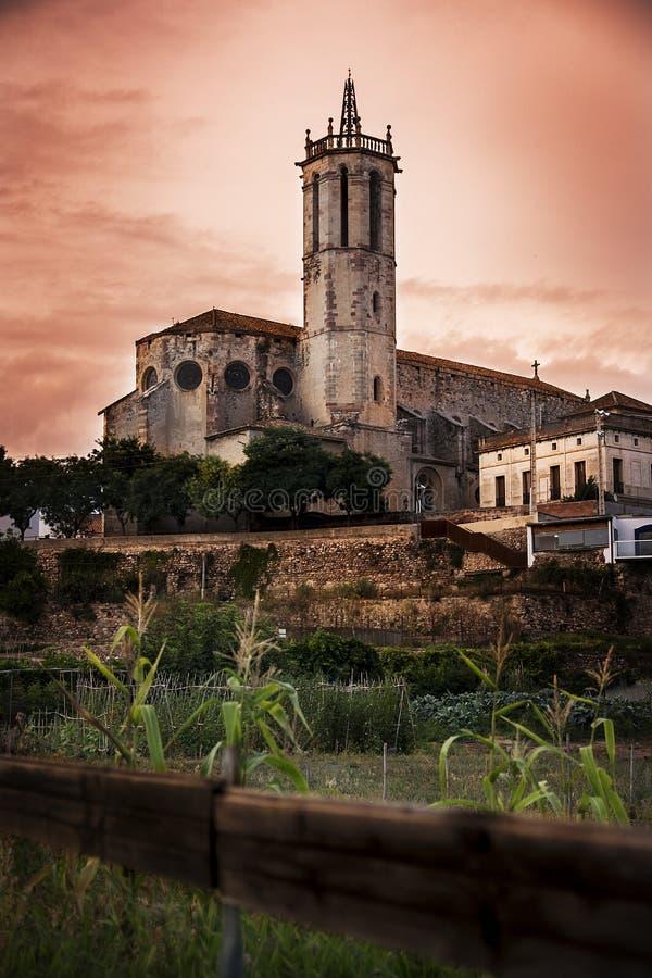 Santa Maria Church en Caldes de Montbui contra un cielo anaranjado dramático espacio vacío de la copia imagenes de archivo