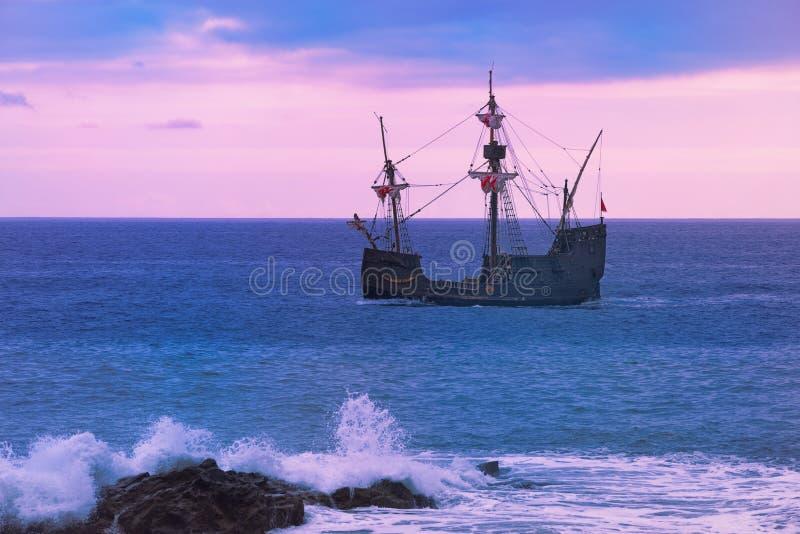 Santa Maria de Colombo no mar aberto no por do sol fotografia de stock