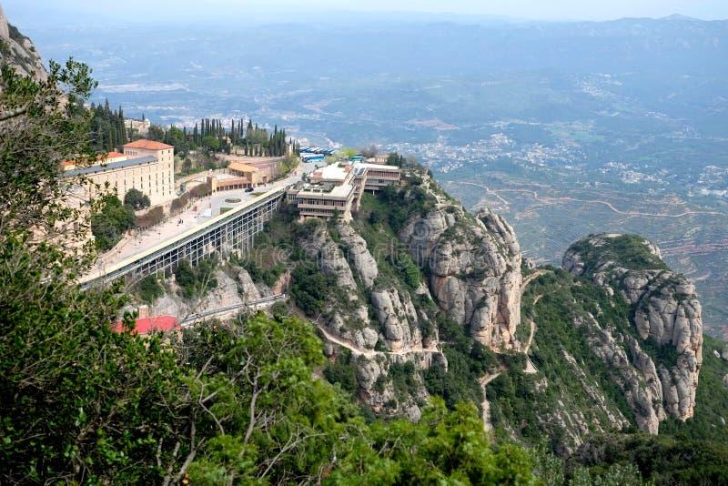 Santa Maria de Montserrat Abbey en la opinión de Monistrol de Montserrat Monastery desde arriba foto de archivo