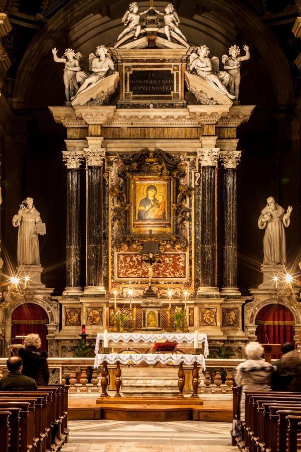 Santa Maria del Popolo Church roma L'Italia Credenti ed altare fotografia stock