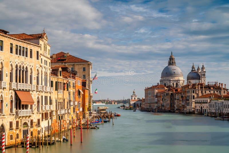 Santa Maria della Salute como visto da ponte da academia imagem de stock