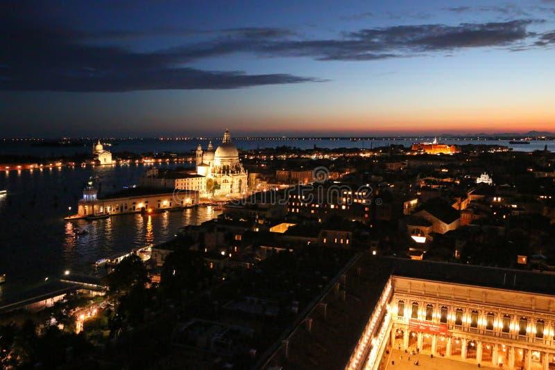 Santa Maria della Salute en la noche en Venecia, Italia fotografía de archivo