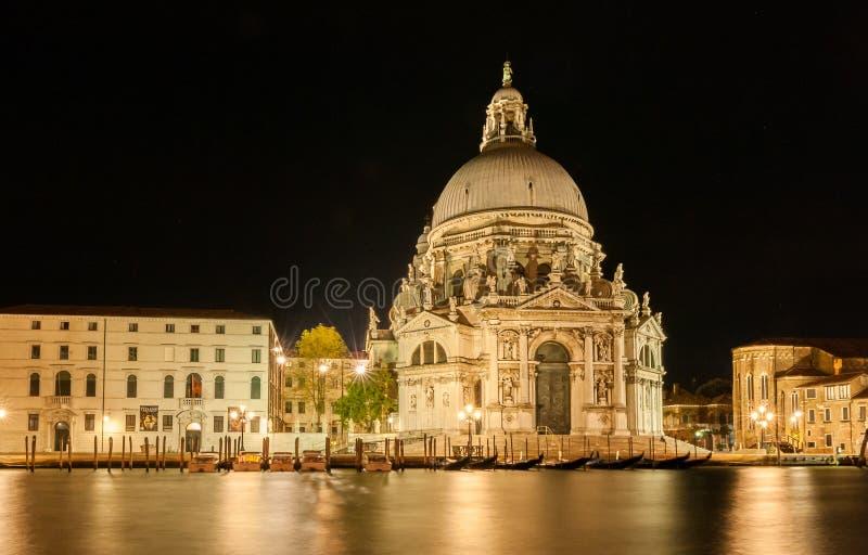 Santa Maria della Salute en Venecia por noche fotos de archivo