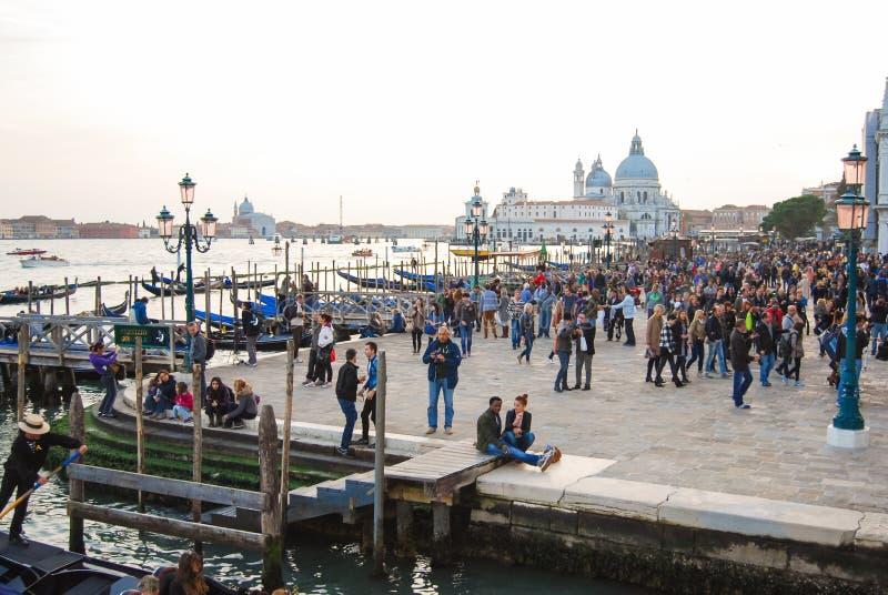 Santa Maria della Salute kyrka i mitten av Venedig arkivbild
