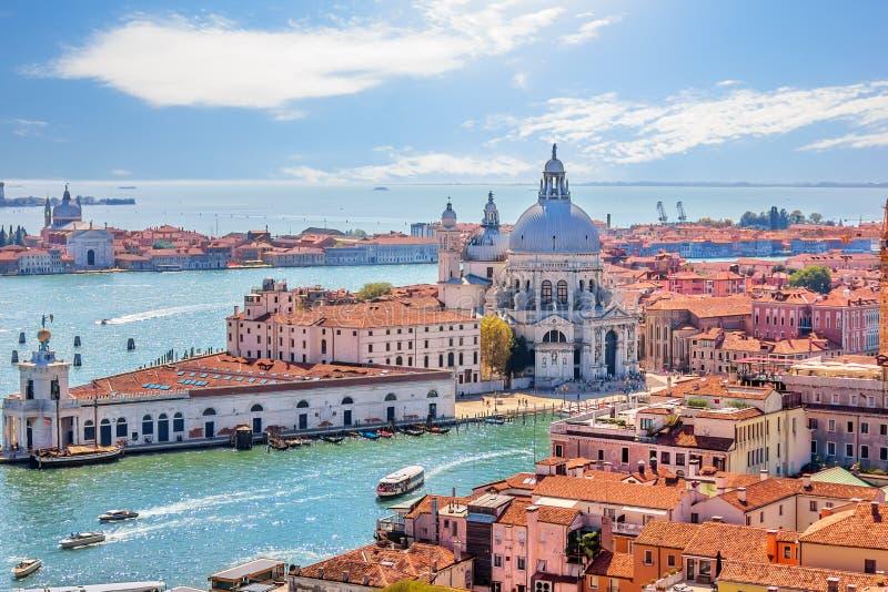 Santa Maria della Salute och Punta della Dogana i Grand Canal av Venedig, sikt uppifrån av basilikan San Marco royaltyfri fotografi