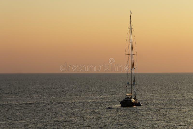 Santa Maria di Leuca, Italia - 1 settembre, 2018, bello tramonto in Salento sul mare adriatico, un yacht che ballonzola al sole p fotografia stock