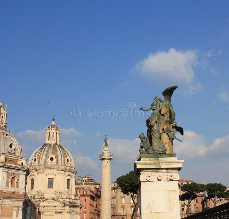 Santa Maria di Loreto-Kirche und Statue vor Nationaldenkmal von Victor Emmanuel II, Rom, Italien stockfotografie