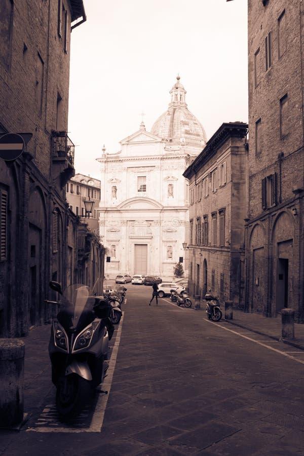 Santa Maria di Provenzano-kerk aan het eind van straat Siena, Toscanië, Italië Oud polair effect royalty-vrije stock afbeeldingen