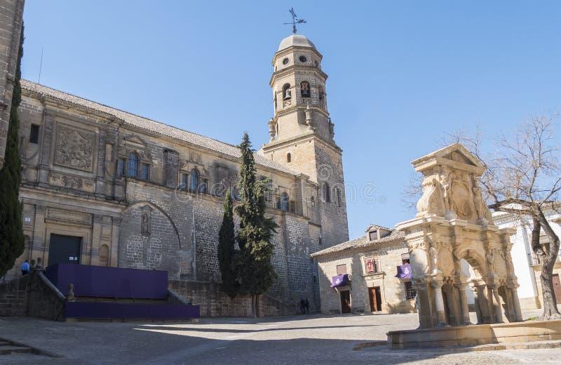 Santa Maria kvadrerar, den Santa Maria springbrunnen, den Baeza domkyrkan, Jaen, arkivfoto
