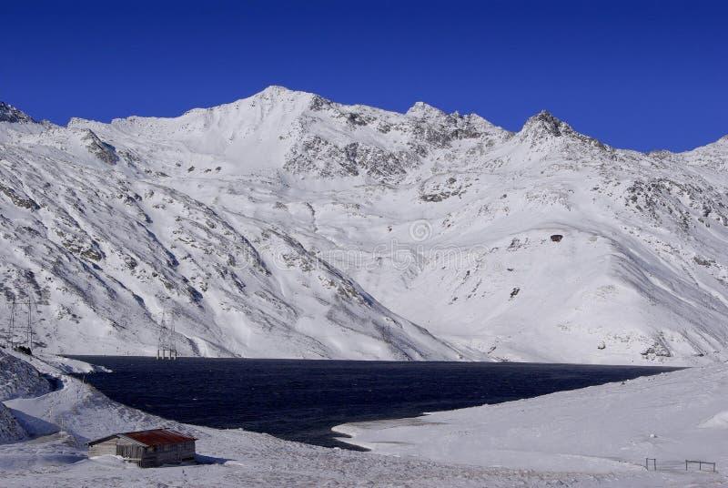 Santa Maria Lake, en el paso de Lucomagno - Suiza imagenes de archivo