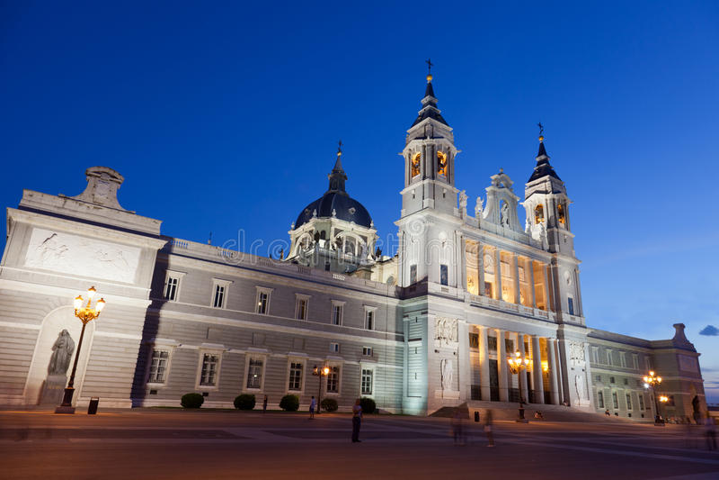 Santa Maria los angeles Real De Los Angeles Almudena w nocy obraz stock