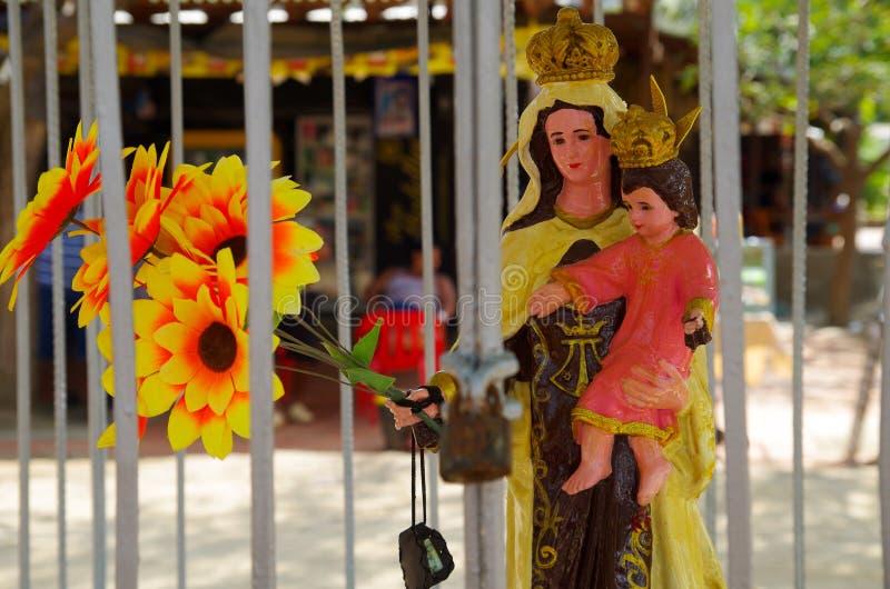 SANTA MARTA, COLÔMBIA - 10 DE OUTUBRO DE 2017: Vista exterior de uma Virgem Maria que guarda um bebê jesus, escultura feito à mão fotos de stock royalty free