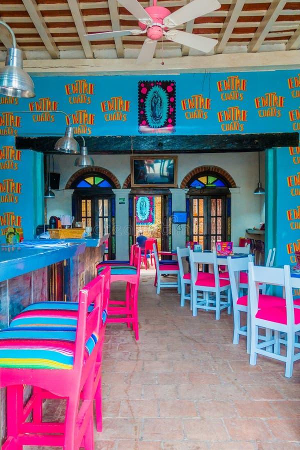 SANTA MARTA, COLÔMBIA - OCOTBER 10, 2017: Vista interna bonita do restaurante colorido em Santa Marta, Colômbia imagens de stock