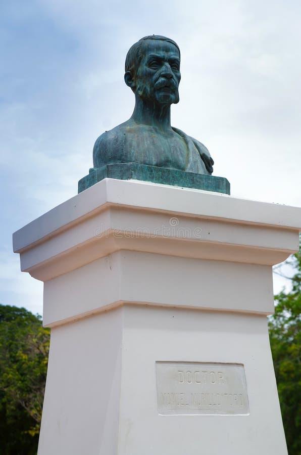 SANTA MARTA COLOMBIA - OKTOBER 21, 2017: Statyn av Manuel Murillo Toro i vän` parkerar i i stadens centrum Santa Marta som är pop arkivbild
