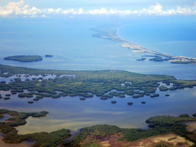 Santa Marta kust (Colombia) vanuit het de lucht; Santa Marta coast, Colombia, from the air. Santa Marta kust (Colombia) vanuit het de lucht kijkend op Nationaal royalty free stock photos