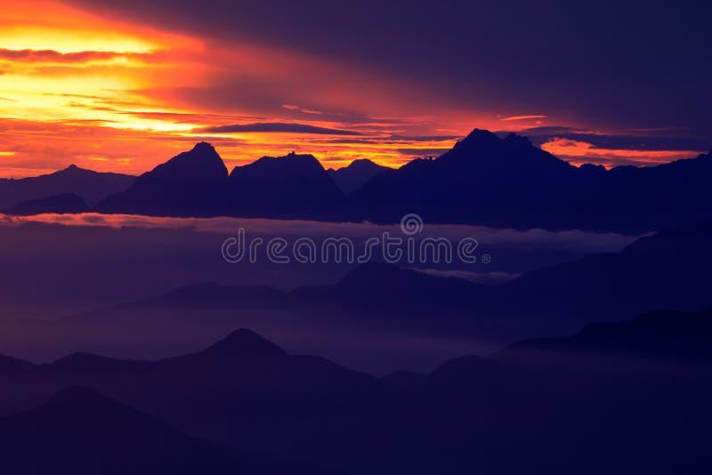Santa Marta Mountain Colombia Se ner på toppiga bergskedjan Nevada de Santa Marta, höga Anderna berg av Cordilleraen, Colombia Va arkivbild
