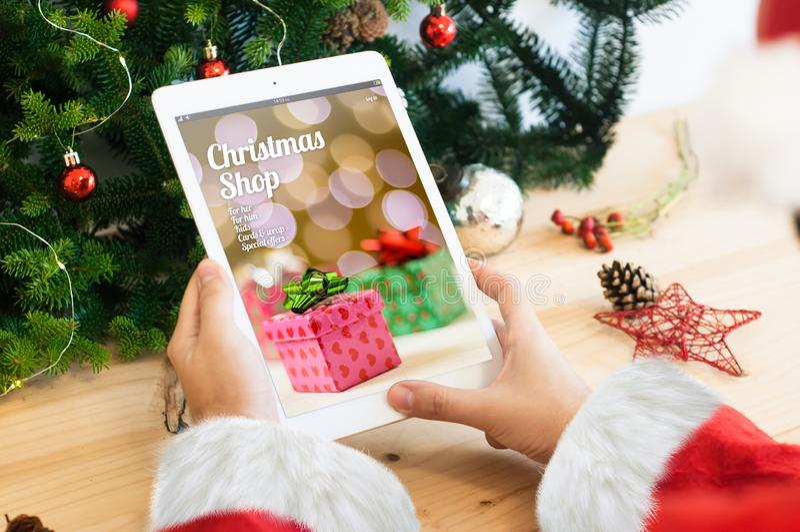 Santa mit Weihnachtsladen stockbilder