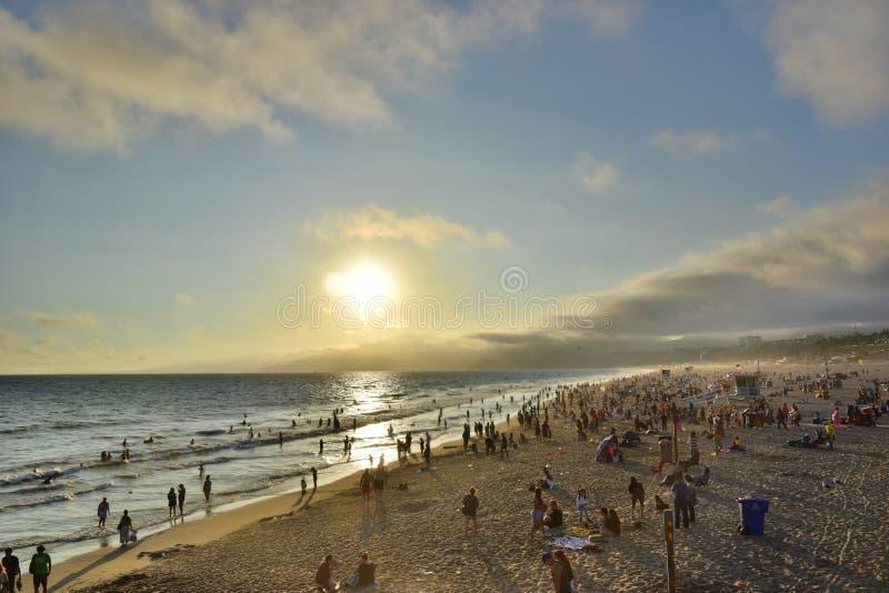 Santa Monica Beach aglomerada em Califórnia no por do sol foto de stock royalty free