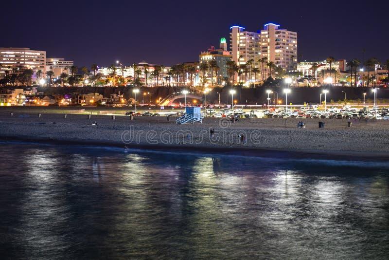 Santa Monica beskådade från Santa Monica Pier vid natt royaltyfri foto