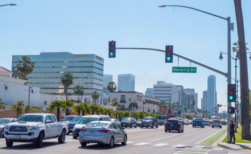 Santa Monica Boulevard gatasikt i Beverly Hills - KALIFORNIEN, USA - MARS 18, 2019 arkivbild