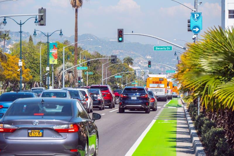 Santa Monica Boulevard gatasikt i Beverly Hills - KALIFORNIEN, USA - MARS 18, 2019 royaltyfri bild