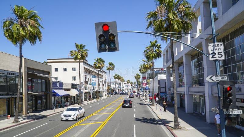 Santa Monica Boulevard gatasikt i Beverly Hills - LOS ANGELES - KALIFORNIEN - APRIL 20, 2017 arkivbild