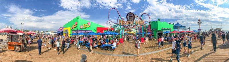 SANTA MONICA, CA - 1 DE AGOSTO DE 2017: Turistas en Santa Monica Pier fotografía de archivo libre de regalías