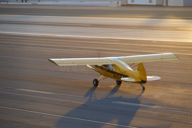 SANTA MONICA, CALIFÓRNIA EUA - 7 DE OUTUBRO DE 2016: estacionamento dos aviões no aeroporto fotos de stock royalty free