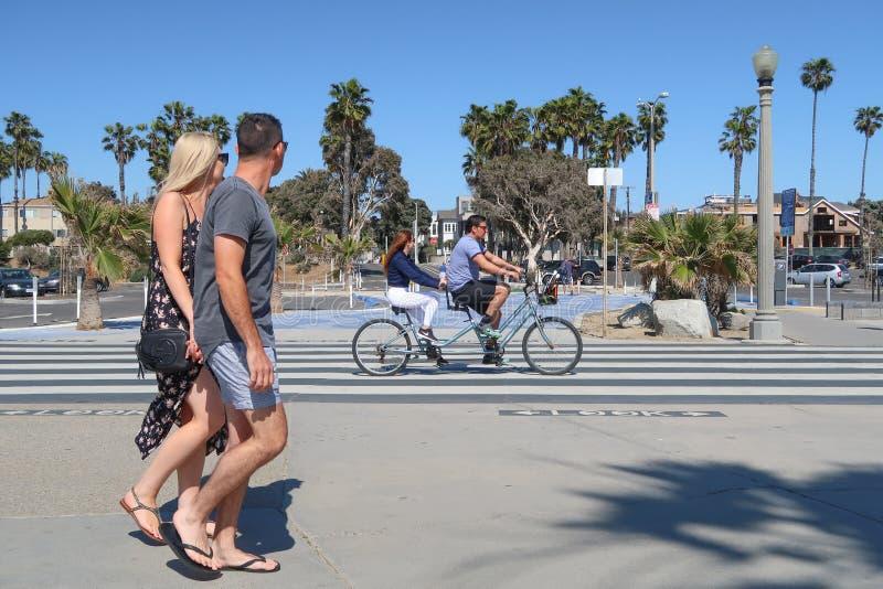 Santa Monica, Califórnia, EUA 03 31 2017 homem e mulher que montam a bicicleta em tandem no oceano Front Walk imagens de stock royalty free