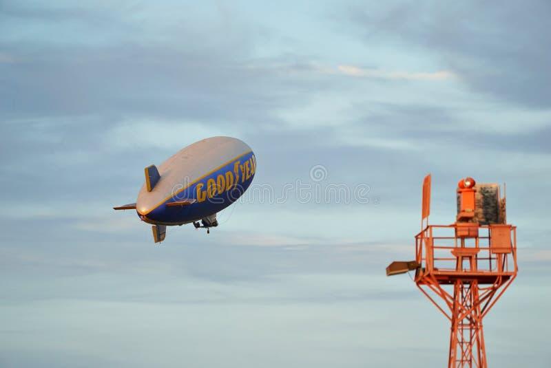 SANTA MONICA, CALIFORNIË DE V.S. - OCT 07, 2016: De Goede Zeppelin van de Jaarblimp vliegt over luchthaven stock fotografie