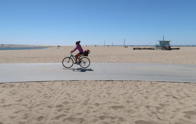 Santa Monica, California, U.S.A. 03 31 il bikepath 2017 sulla spiaggia con il ciclista ed il bagnino tipico si elevano nel fondo immagine stock
