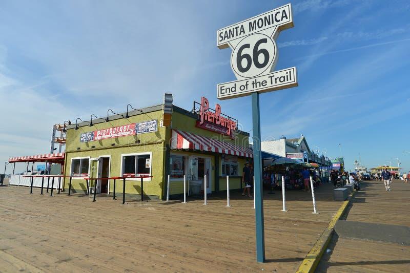 Santa Monica, la Californie, Etats-Unis, le 16 avril 2017 : Extrémité de route de mère de Route 66 du signe de traînée comme il p photos libres de droits